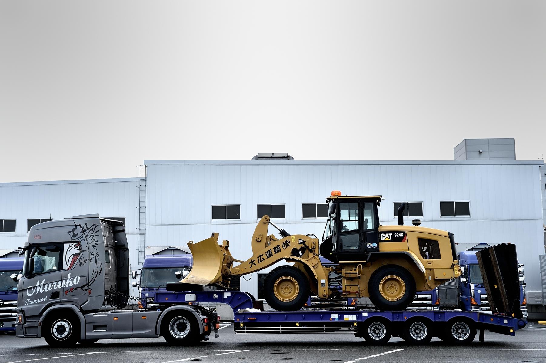 除雪用重機を積載したトレーラーを牽引するスカニア新モデル