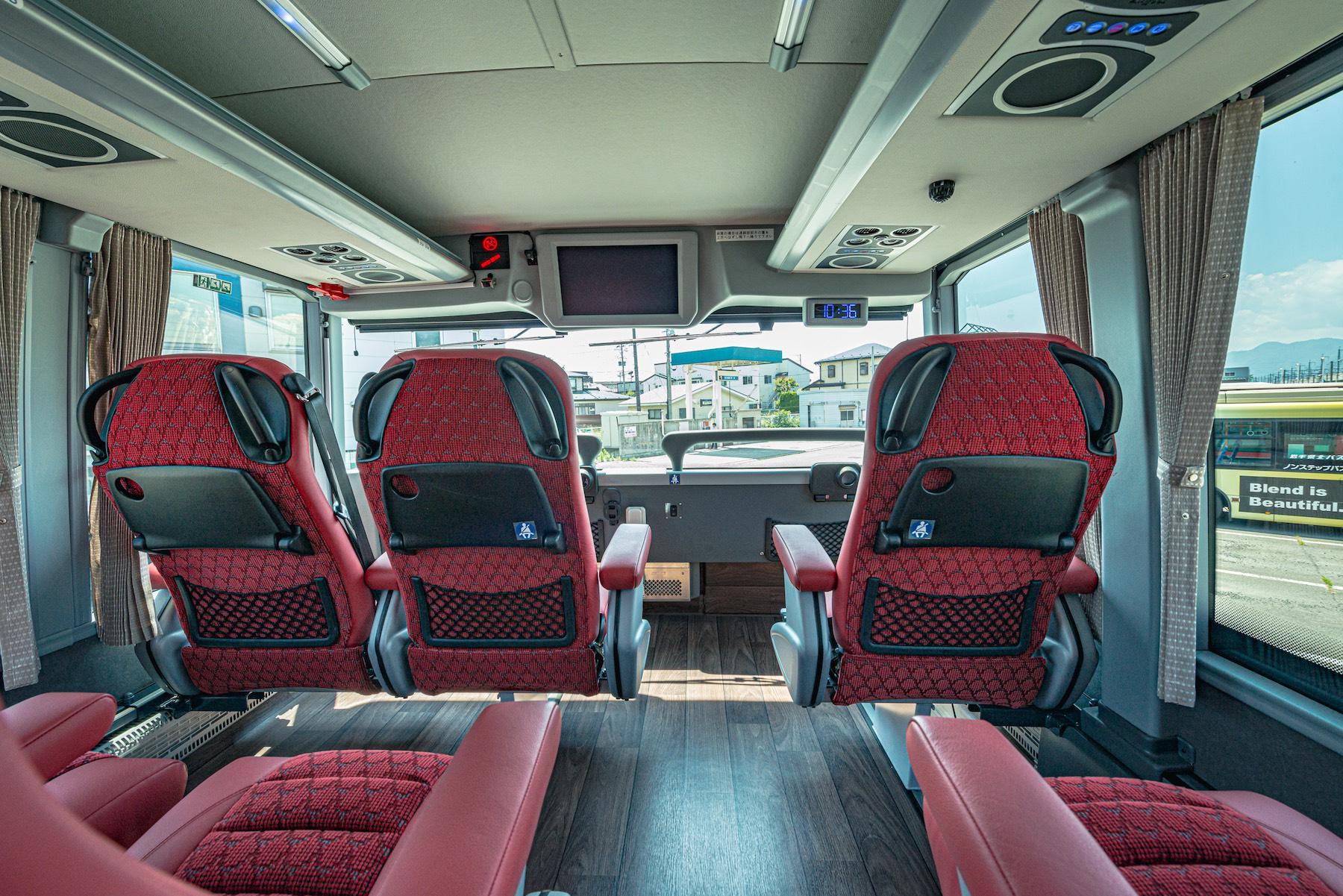 眺望抜群な二階席は最前列と2列目の6席を3列配置のワイドビューシートとしている