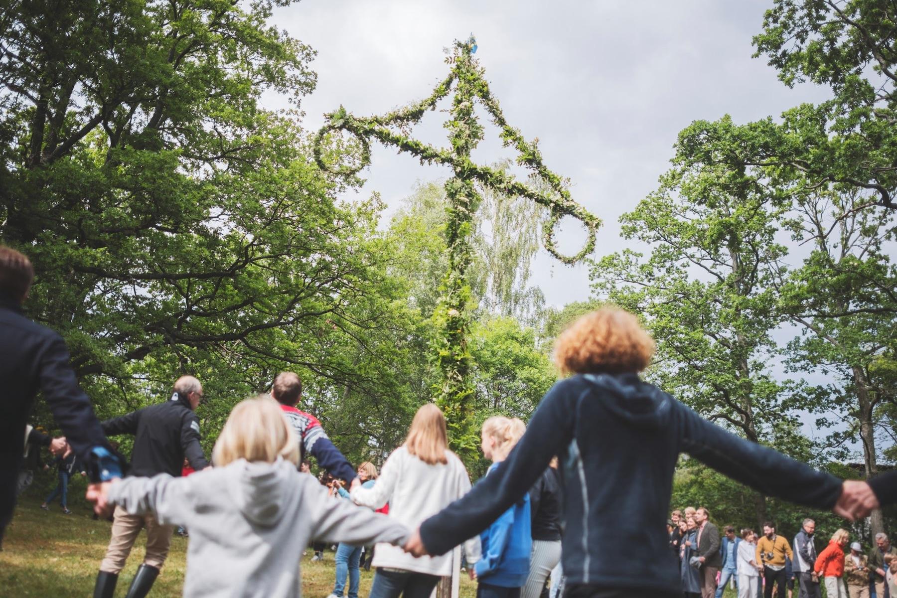 スウェーデンの夏至祭、ミッドサマー。夏の到来を祝う伝統的なお祭りをご紹介