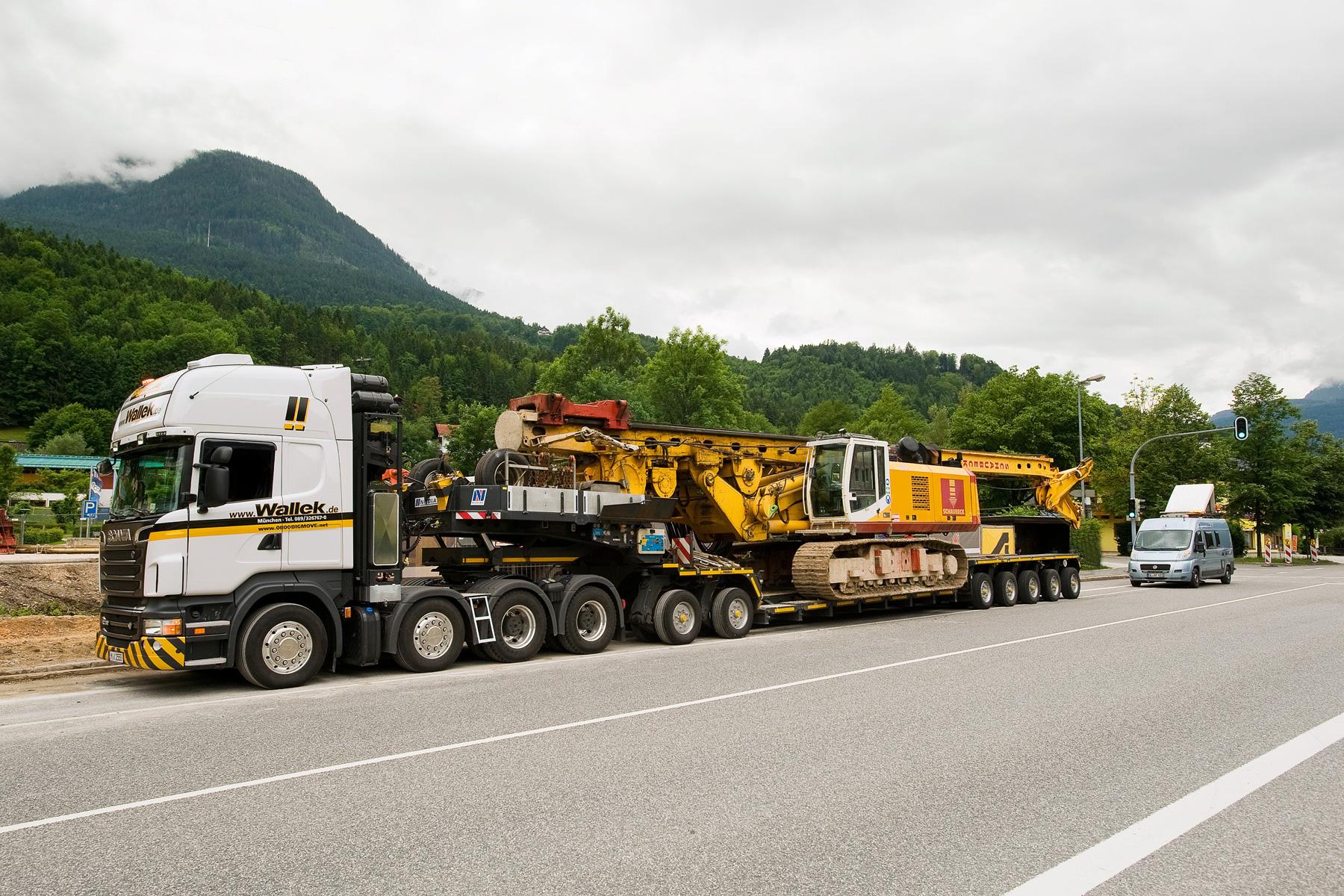 巨大なドイツ製パイルドライバーを運ぶスカニア