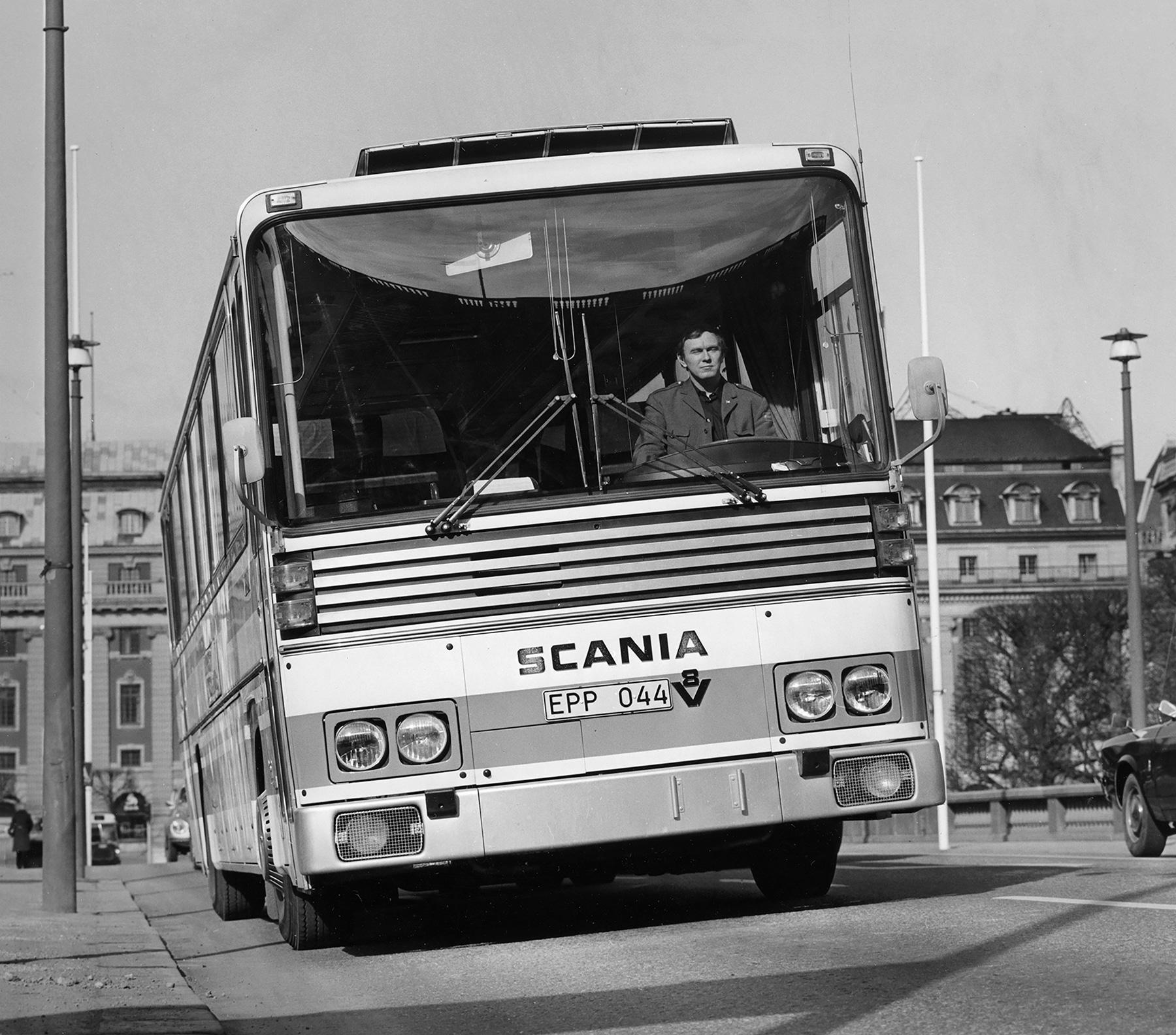 1971年から1978年まで894台が製造された長距離用バス「CR145型」にも、14ℓV8エンジンを搭載