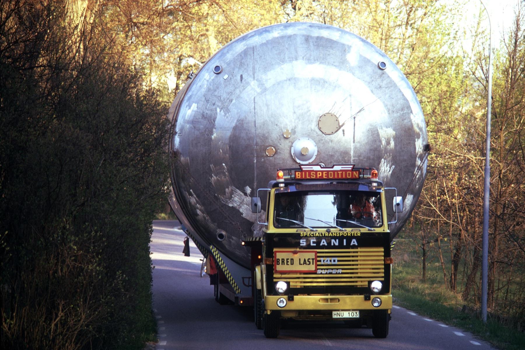 巨大なタンクをものともせず運ぶスカニアV8エンジンのパワーを象徴するワンシーン