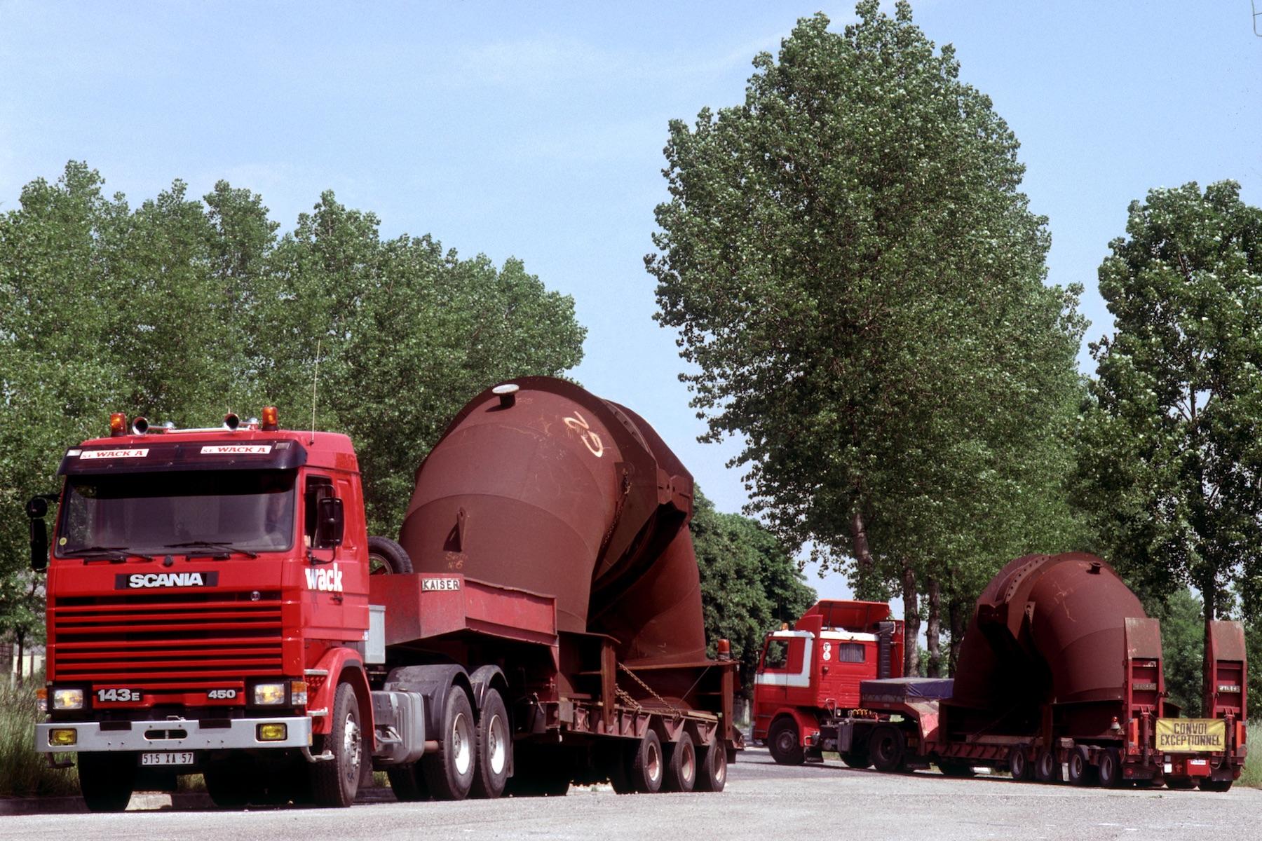 プラントの巨大部材を運ぶ3シリーズ