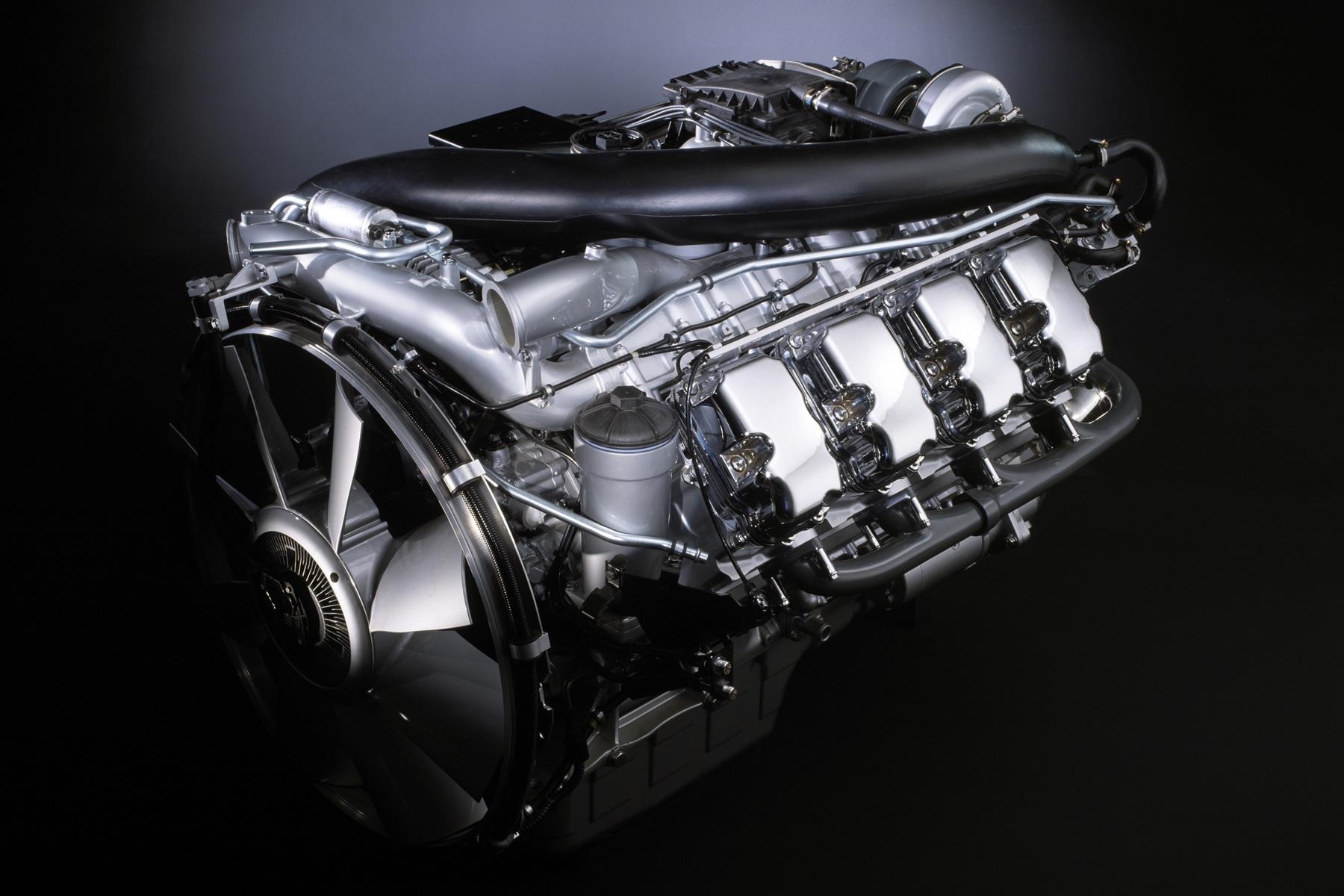 1969年の登場以来14ℓだったスカニアのV8エンジンは、2000年に480hp/2300Nmもしくは580hp/2700Nmを発生する16ℓエンジン「DC16型」に変更された