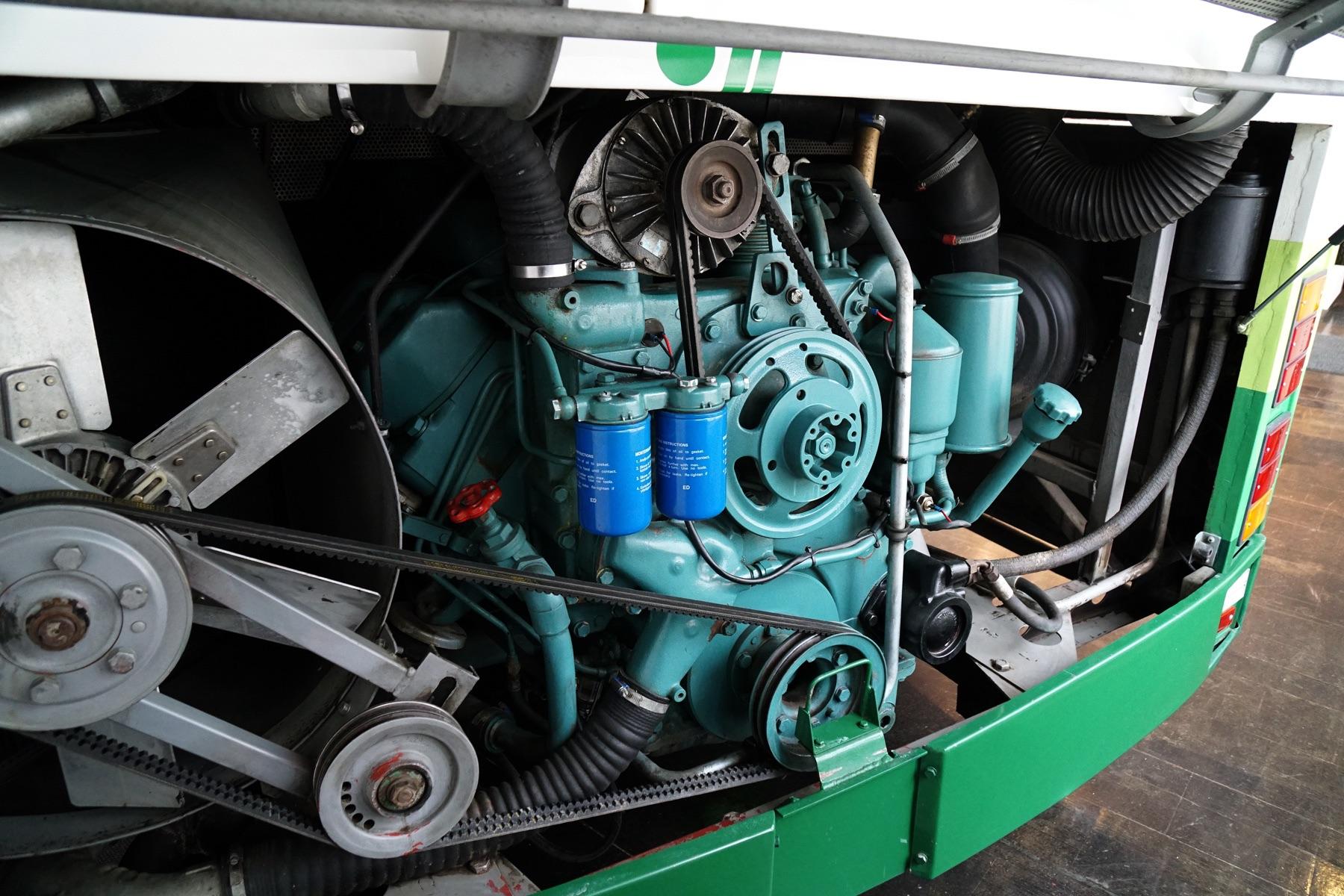 CR145型のリアに、縦置きに積まれたV8エンジンはノンターボ仕様が選ばれ、260hpのパワーを発揮。パワー不足が叫ばれていた当時の長距離バスの中で、コンチネンタルツアラーとして重宝された。