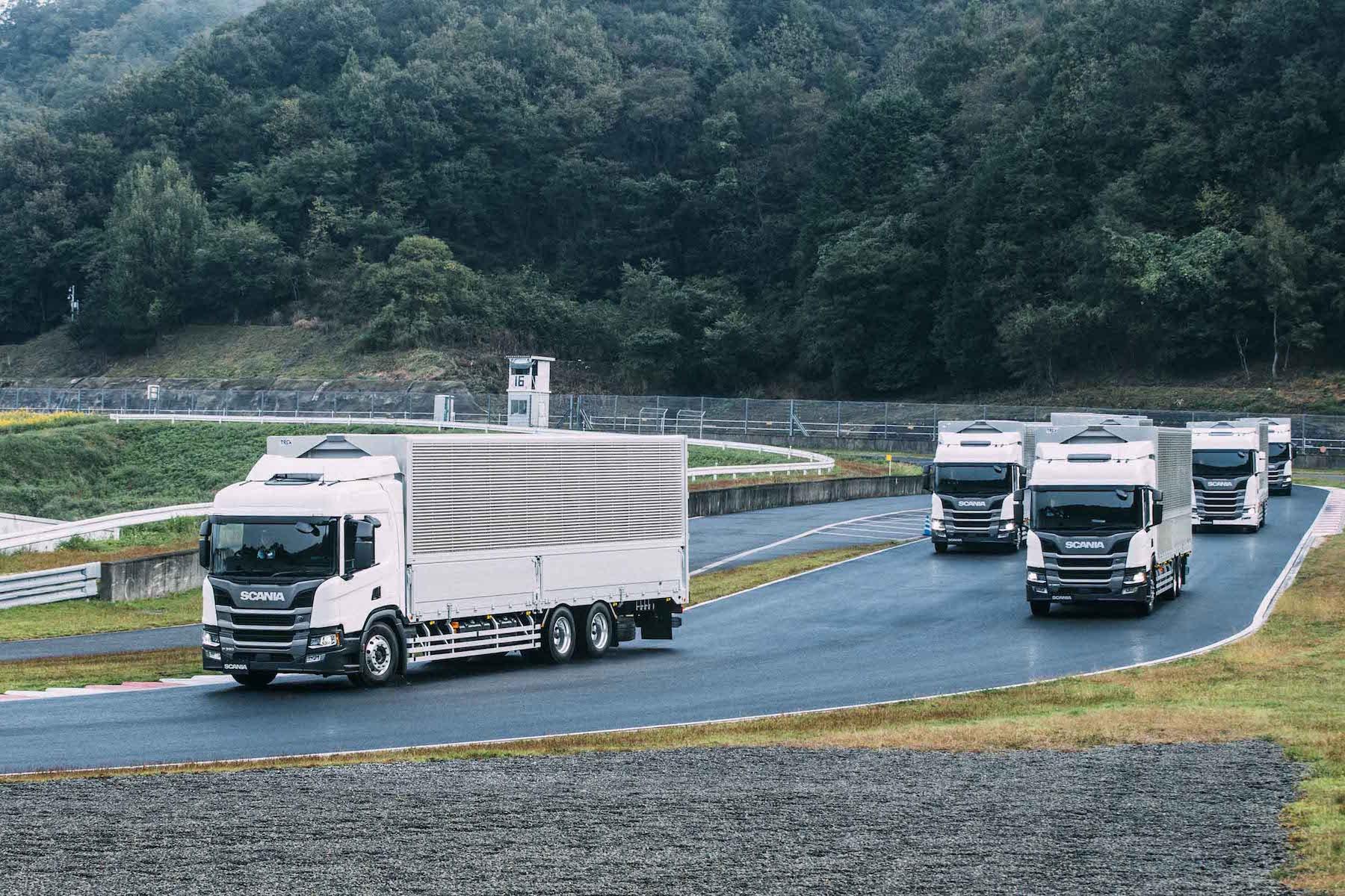 """スカニアの新モデル""""リジッドトラック""""試乗会【前編】「パワフルで、快適!」ユーザーの声を聞く"""